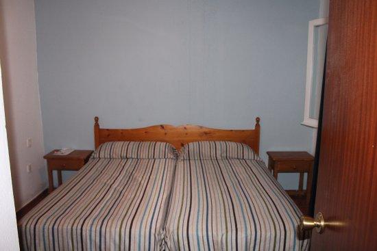 Apartamentos Roc Oasis Park: chambre vieillotte