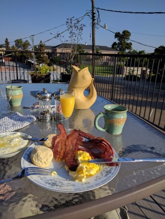 Hamilton House Inn: Very tasty breakfast on the balcony