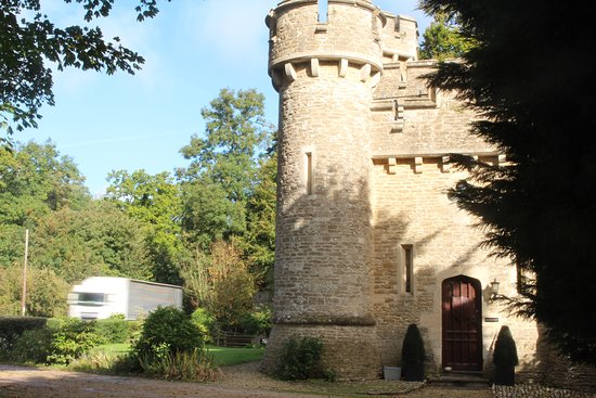 Bath Lodge Castle: Hotel next to busy A road.