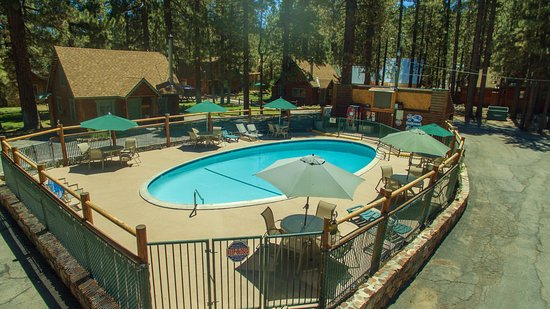 Golden Bear Cottages Resort: Large heated pool and spa