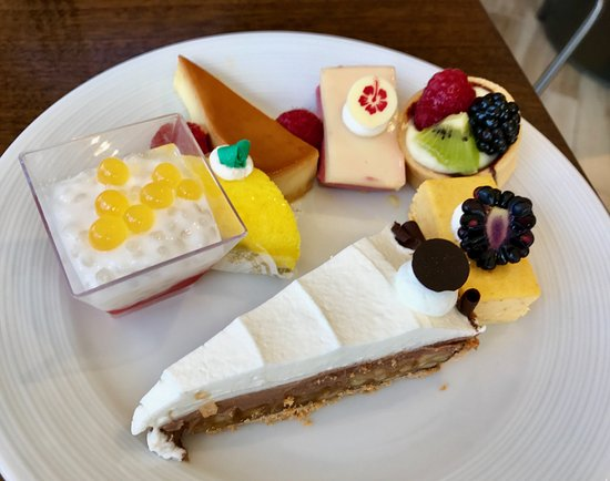 100 Sails Restaurant & Bar: So many desserts to try