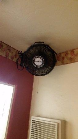 Americas Best Value Inn: Fan in Room
