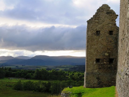 Newtonmore, UK: Beautiful dramatic scenery - Ruthven Barracks (04/Sept/17).