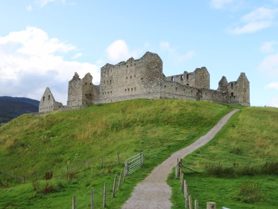 Newtonmore, UK: Ruthven Barracks sits atop a grassy hill (04/Sept/17).