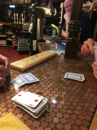Went back to the Fareham tonight and found the landlord and a customer playing cribbage on the b