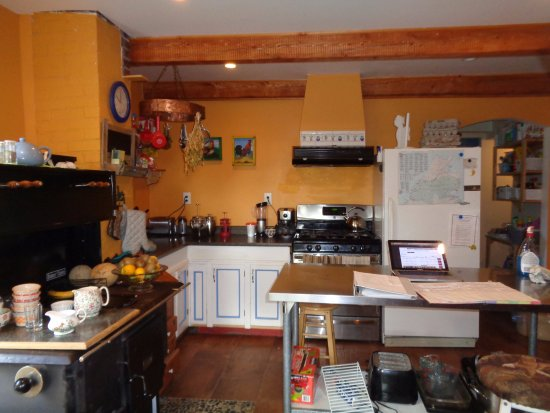 The Maven Gypsy Bed & Breakfast & Cottages: wonderful kitchen