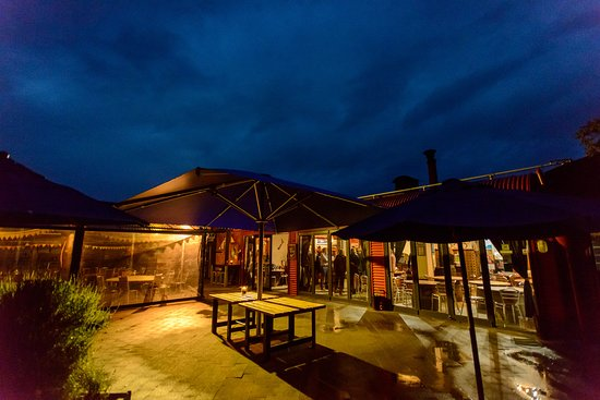 Red Shed Restaurant: night view of the courtyard 2017