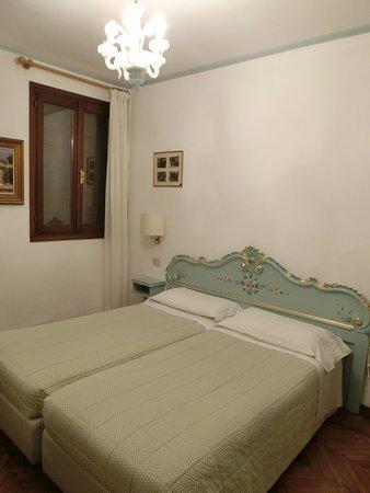 Hotel Serenissima: お部屋のシャンデリアもマッチ部屋とマッチしていてかわいい。