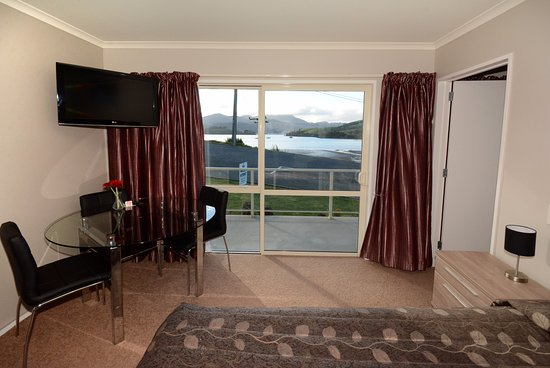 Otago Peninsula Motel: Family room queen bed out to harbour downstairs.