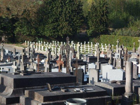 Avranches, Frankreich: Vista. Al fondo tumbas de soldados