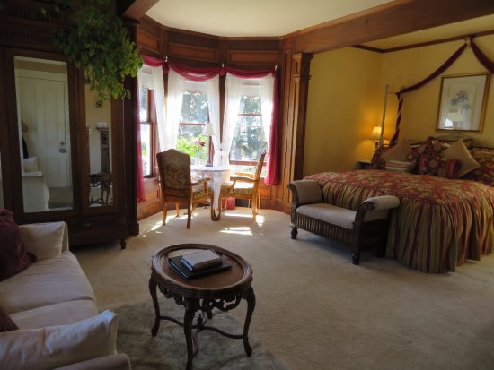 Headlands Inn Bed & Breakfast: Loved sitting by the window and looking out at the garden and water