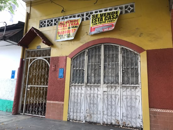 Mazan, Peru: Entrance to hostel, note the for sale sign