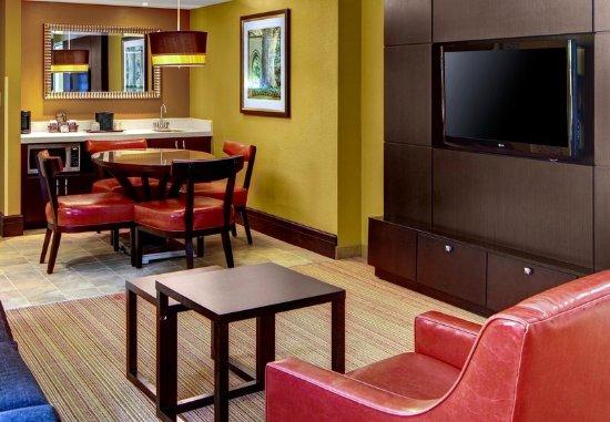 Decatur, جورجيا: King Suite Living Area