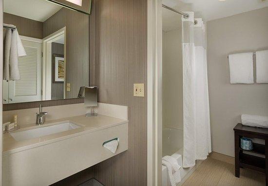 Orange, CT : Guest Bathroom