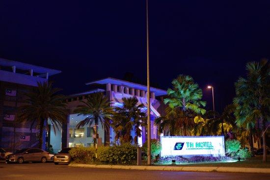 TH Hotel & Convention Centre Terengganu: ホテルの夜景です