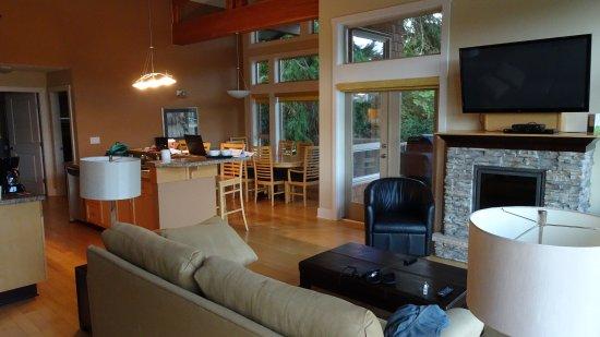 Madeira Park, Canada: Stue med køkken og spisebord.