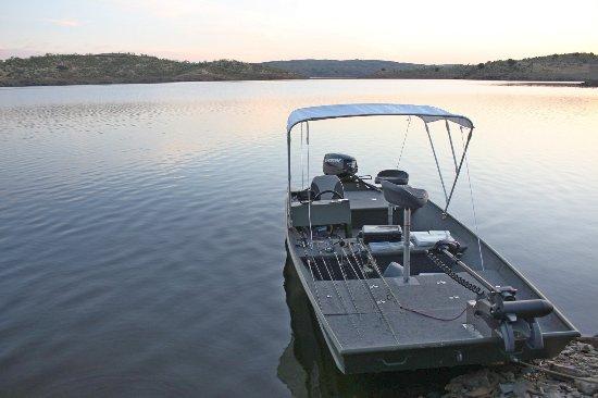 Alcántara, España: Embarcaciones de pesca con o sin titulación, volante, sonda, motor eléctrico, bancos de pesca