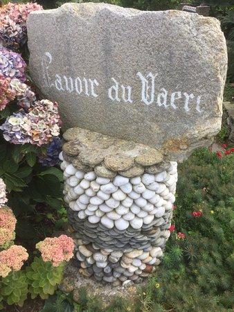 Plougonvelin, France: Le lavoir autrefois disparu et à l'origine de la création de ce jardin.,