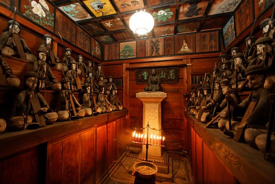 Choutokuji Temple: 義士堂 赤穂四十七士の木像を安置している。近年は60枚の天井画に注目が集まっている。