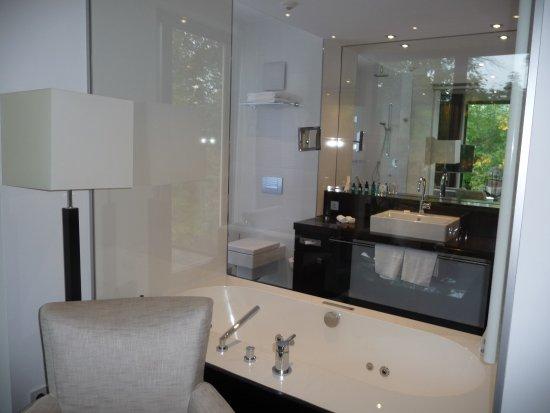 relais chateaux hotel burg schwarzenstein das fenster zwischen wohnzimmer und bad konnte mit einer - Jalousie Wohnzimmer