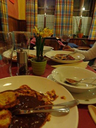 Hotel Restaurant Itzlinger Hof: Geen enkele tafel werd opgeruimd ....LUI , Lui ..en nog eens LUI