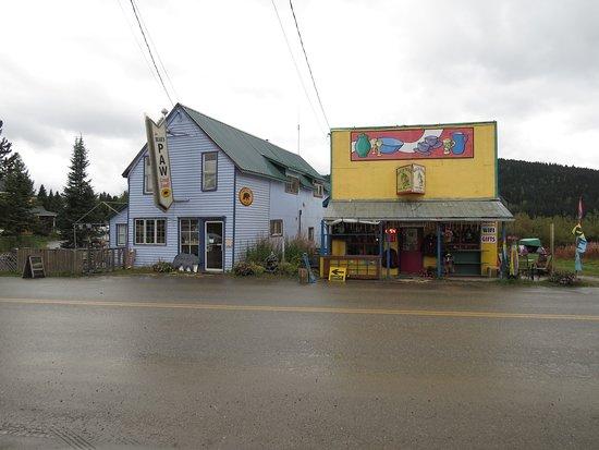 Mountain Thyme Getaway: Bears Paw und Gift Shop gegenüber