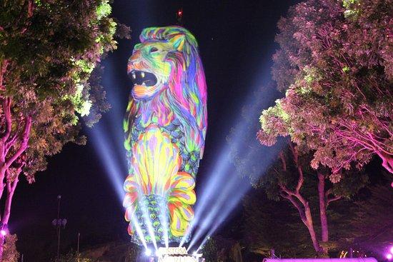 Sentosa Merlion: Free night light show.