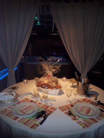 Pleudihen-sur-Rance, Francia: Jolie table dressée avec plateau de fruit de mer pour une belle soirée cocooning