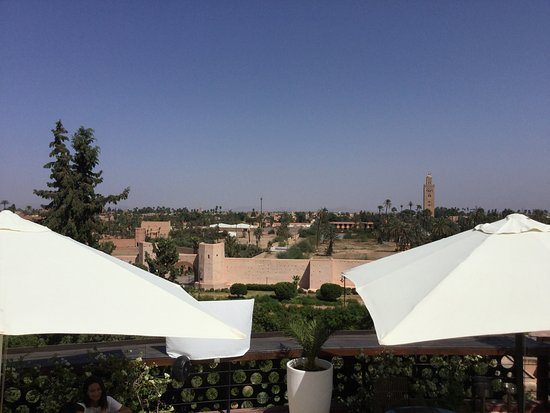 The Pearl Marrakech: Sicht auf Stadtzentrum Marrakesh vom Terrassenpool