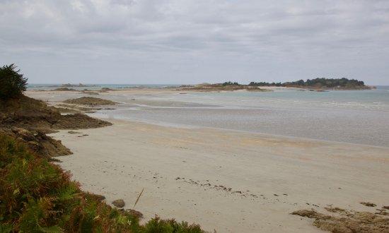 """Saint-Jacut-de-la-Mer, Prancis: Ablaufendes Wasser (Ebbe) am Strand """"Rougeret""""."""