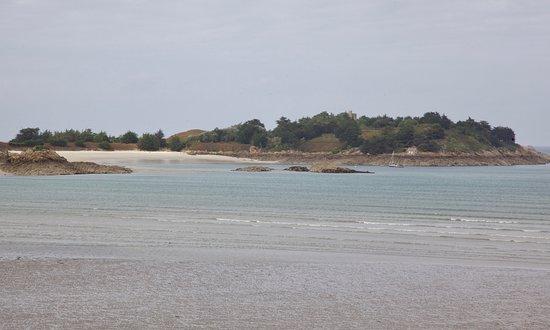 """Saint-Jacut-de-la-Mer, Prancis: Blick auf die Insel """"Ebihens""""."""