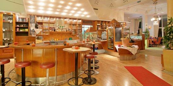 Park Cafe: Der Eingangsbereich mit Bar und Theke