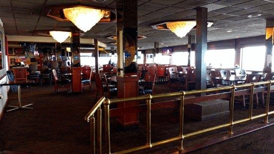 Shilo Inns Seaside Oceanfront: 1980's dark dinning room and bar