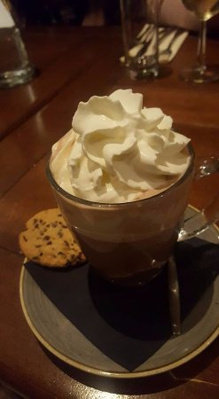 Santpoort-Noord, Nederland: This hot chocolate with whipped cream and a cookie.....yummy