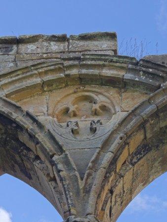 Easby Abbey: een raam met nog de versierde lijsten er rond