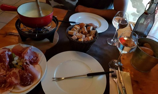 fondue savoyarde a volont picture of le chalet chamoniard lattes tripadvisor. Black Bedroom Furniture Sets. Home Design Ideas