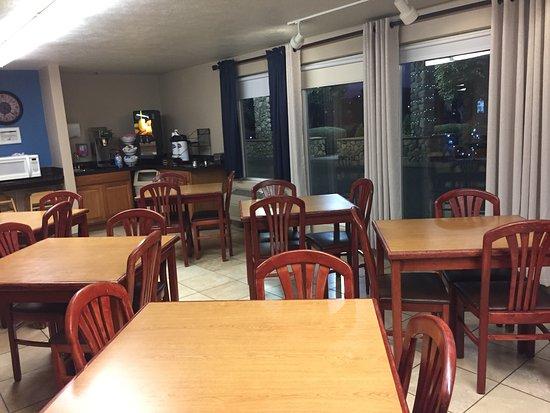Baymont by Wyndham Tri-Cities/Kennewick WA: Plenty of breakfast tables