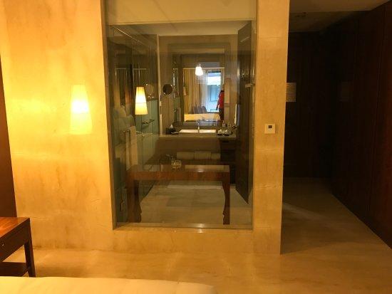 Hotel Tentrem Yogyakarta: Bad Mit Glaswand Zum Schlafzimmer