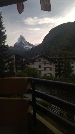 Hotel Artemis Garni: view of Matterhorn from balcony