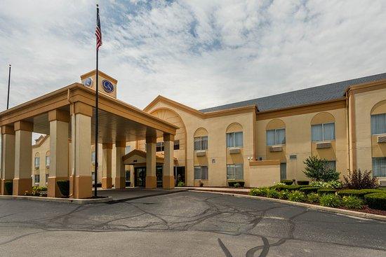 Comfort Suites: Hotel Entrance