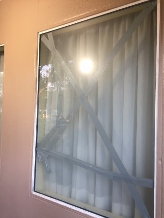Ramada Orlando Near Convention Center: yes they rented a room out with a broken window!
