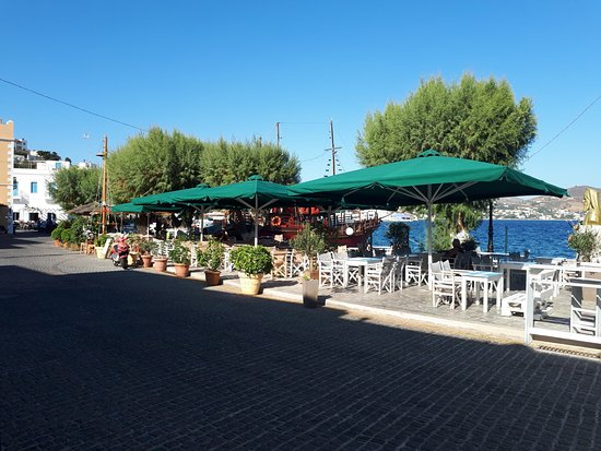 Agia Marina, กรีซ: Harbour-side tables