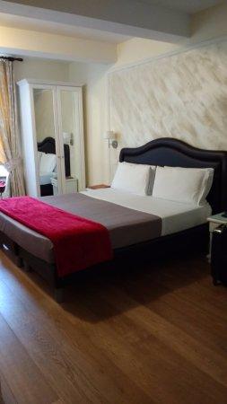 Hotel La Scaletta: Comfortable bed, no carpeting, simple decor.