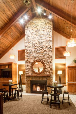 Cloverleaf Suites Kansas City: Welcoming lobby area with fireplace for your comfort
