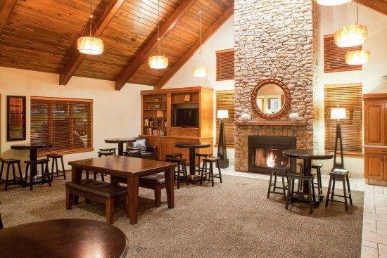 Cloverleaf Suites Kansas City: Lobby/ Breakfast Area