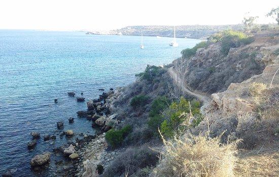 Famagusta District, Cypr: тропинка от пещеры в сторону пляжа Коннос