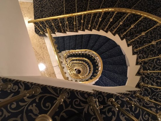Hotel El Avenida Palace: Interesting view from the top floor looking down to the bottom of the stairs