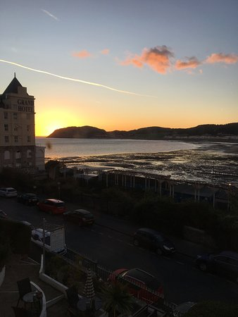 Bryn-Y-Mor Hotel: SUNRISE FROM MY ROOM
