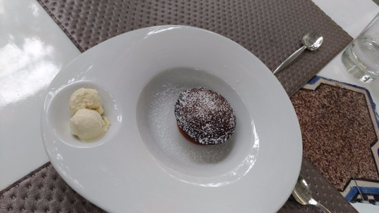 'nni Lausta: dolce al cioccolato ripieno di fragola con gelato alla panna