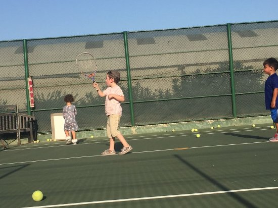 Omnibus Tennis: Kids can play tennis from an early age on.